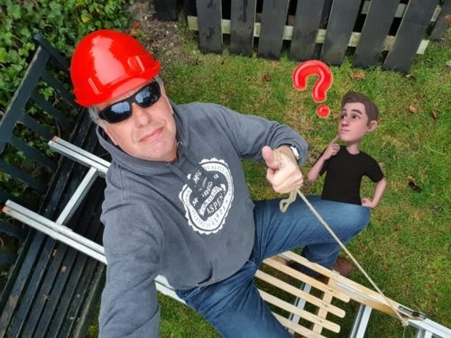 Meester Paul in voorbereiding op zijn 3e Challenge. Daarvoor heeft hij een ladder en een slee nodig! De helm is voor de veiligheid