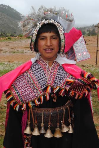 Jongen uit Peru met traditionele kleding